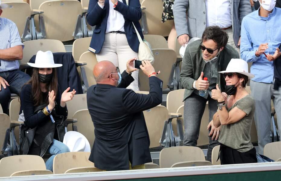 Vianney prend la pose avec des fans présents dans les tribunes.