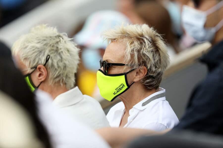 Muriel Robin, concentrée sur le match, aux côtés de sa femme Anne Le Nen