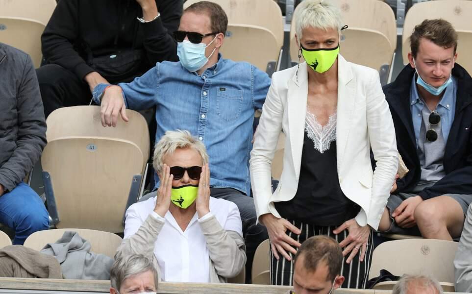 Muriel Robin et sa femme Anne Le Nen, absorbées l'une autant que l'autre dans la tension dramatique du match de tennis