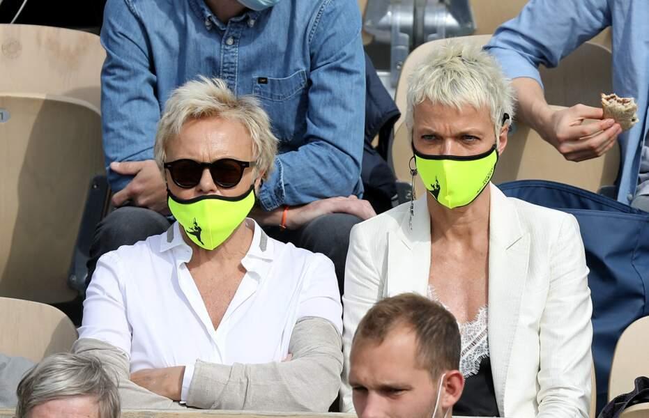 Le couple d'actrices portait le même masque jaune fluo, un clin d'oeil à l'occasion de leur sortie