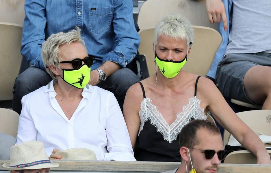 Un masque où l'on peut d'ailleurs voir une silhouette de joueur de tennis se détacher sur le jaune fluo