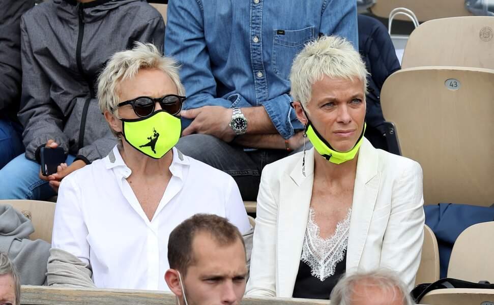 S'aimer, c'est regarder dans la même direction...vers le court de tennis, quand on est passionnée comme Muriel Robin et Anne Le Nen