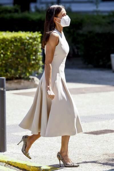 Letizia d'Espagne ravissante en robe midi blanche, ultra tendance cet été 2021
