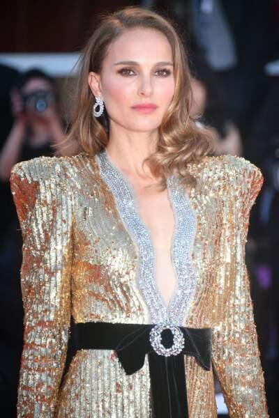 Natalie Portman en 2018 : cheveux blonds foncés, longs et ondulés