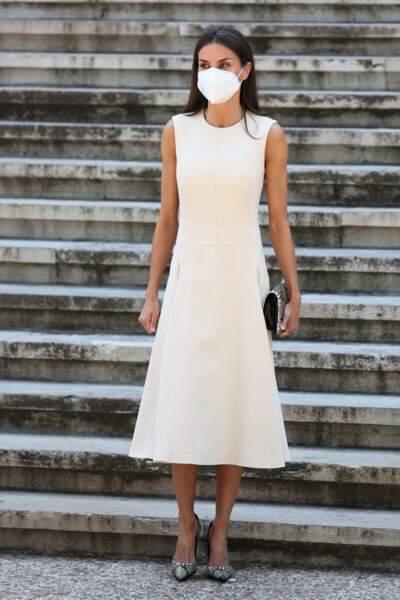 Letizia d'Espagne ravissante en robe midi blanche signée Pedro del Hierro de l'été 2019