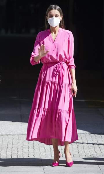 Letizia d'Espagne en robe longue rose flashy Hugo Boss, le 9 juin 2021