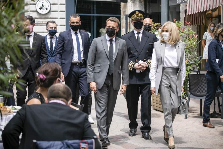 Brigitte Macron branchée en gilet sans manche et pantalon cigarette gris assortis dans la Drôme le 8 juin 2021.