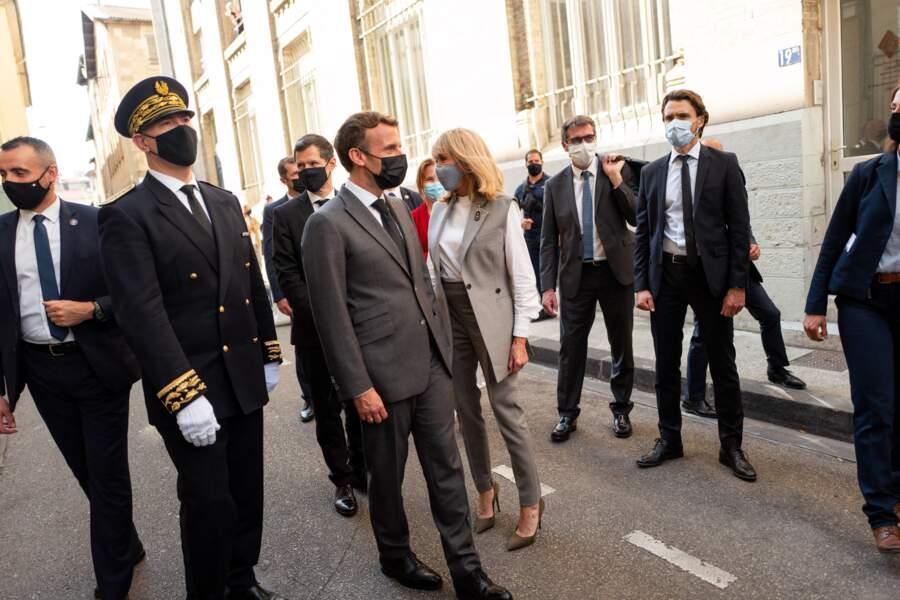 Un total-look gris et blanc pour Brigitte Macron dans la Drôme, à la fois habillé et décontracté.