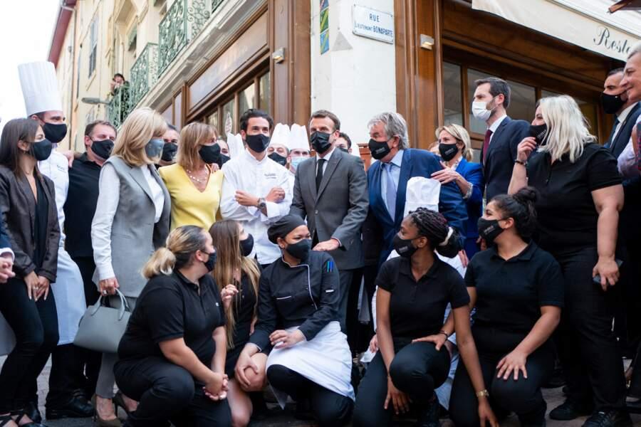 Brigitte Macron a misé sur un look gris et blanc pour cette visite officielle à Valence le 8 juin 2021.