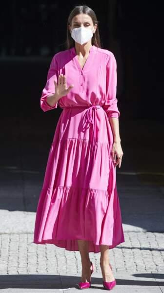 Letizia d'Espagne en robe midi rose  et escarpins assortis Carolina Herrera, à Madrid, le 9 juin 2021.