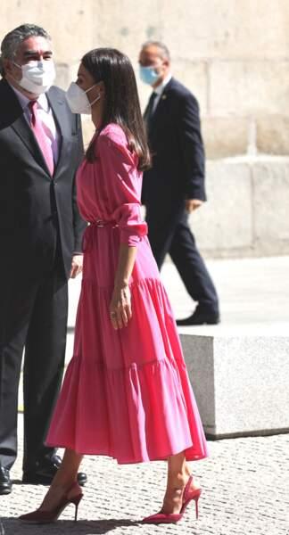 Letizia d'Espagne en rose midi rose flashy et escarpins roses Carolina Herrera