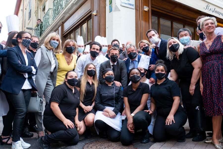 Pour une fois, Brigitte Macron n'a pas assorti la couleur de son masque à sa tenue mais à choisi un masque bleu.