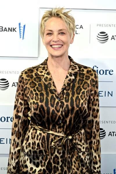 Sharon Stone adopte à nouveau la coupe courte à 63 ans.