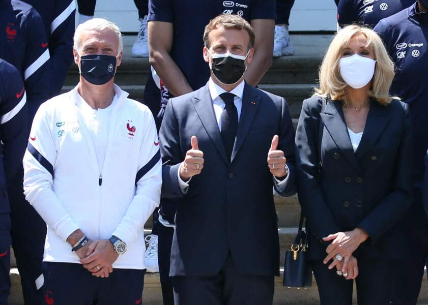Brigitte Macron très chic en bleu marine avec Emmanuel Macron et Didier Deschamps