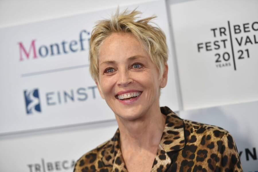 Pas de maquillage mais une coupe de cheveux emblématique pour Sharon Stone.