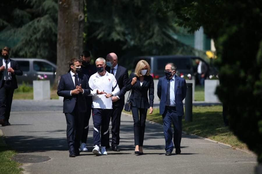 Brigitte Macron a aussi opté pour un sac à main tendance signé Louis Vuitton.