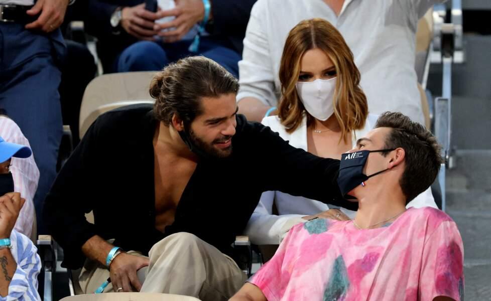 Renan Pacheco, Maëva Coucke et un charmant inconnu s'éclatent dans les tribunes des Internationaux de France de Tennis de Roland Garros à Paris. Le 9 juin 2021