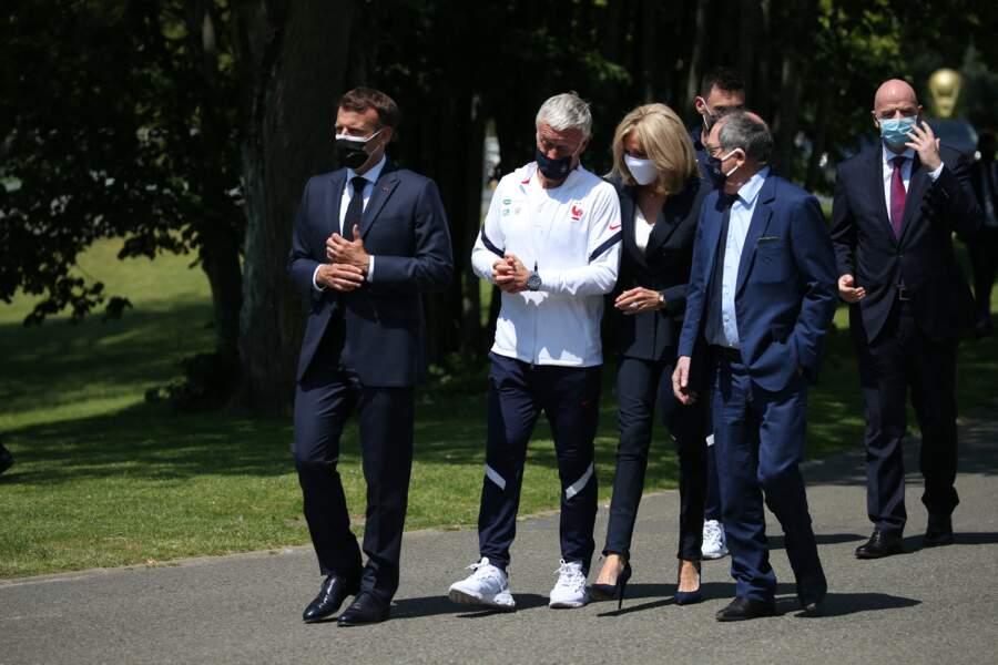 Brigitte Macron en total look bleu marine et blanc pour rencontrer les Bleus
