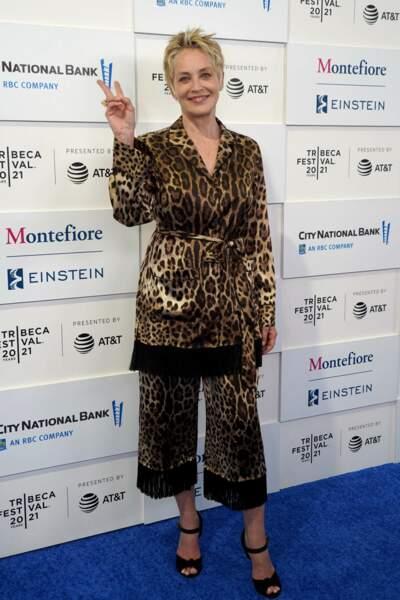 Tunique léopard et coupe courte ébouriffée, Sharon Stone a la wild attitude.