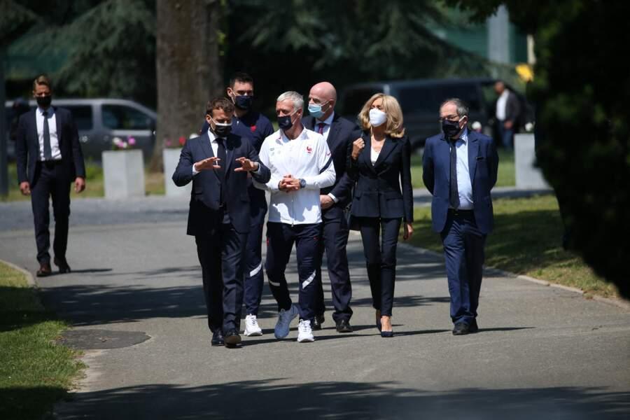 Brigitte Macron très élégante en veste de costume, t-shirt blanc col V et pantalon zippé à Clairefontaine.