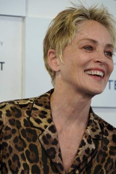Cheveux courts et blond méché, Sharon Stone assume son style rock à 63 ans.