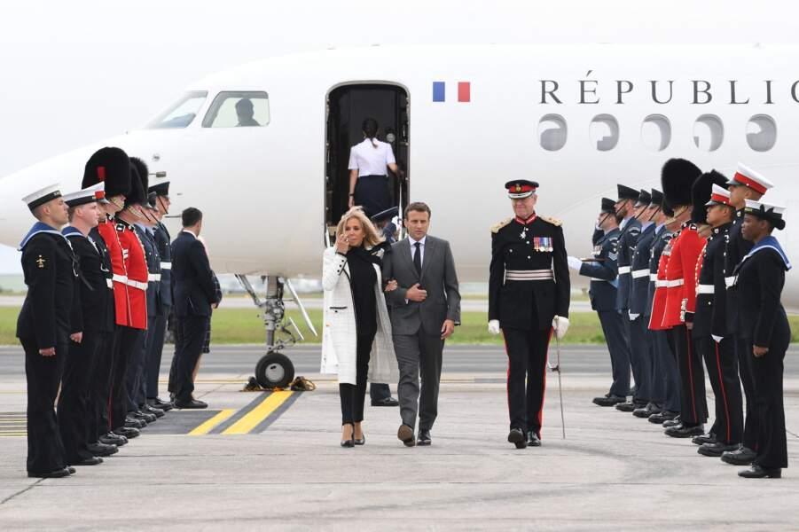 Emmanuel et Brigitte Macron, très élégante en noir et blanc, pour leur arrivée au G7 le 11 juin 2021.