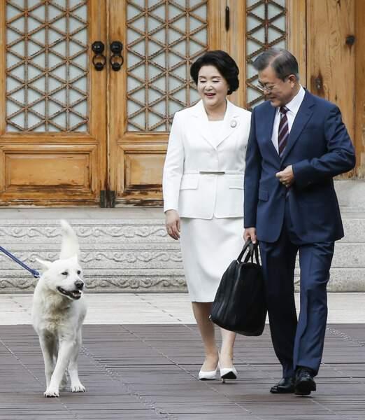 Le président sud-coréen Moon Jae-in et sa femme Kim Jung-sook, ici avec leur chien Maru, rejoindront bientôt les habituels membres du G7, aux côtés de l'Australie et l'Afrique du Sud, également invités