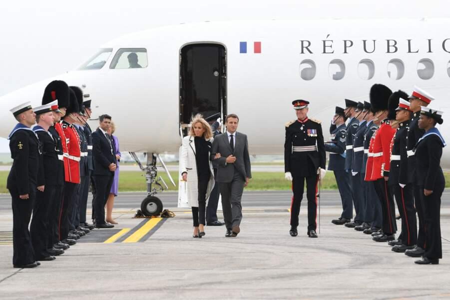 Emmanuel Macron et sa femme Brigitte arrivent à l'aéroport Cornwall pour le sommet du G7 le 11 juin 2021.