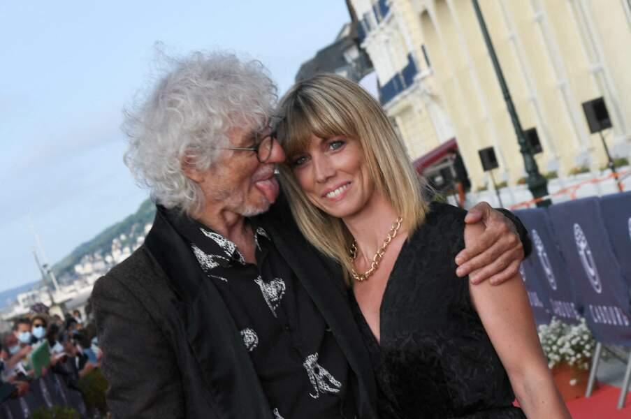 Louis Bertignac en couple sur le tapis rouge lors du 35ème festival du film de Cabourg.