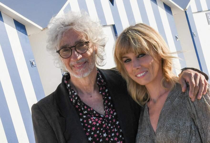 Louis Bertignac très proche de Laetitia Brichet au photocall du 35ème festival de Cabourg le 10 juin 2021.