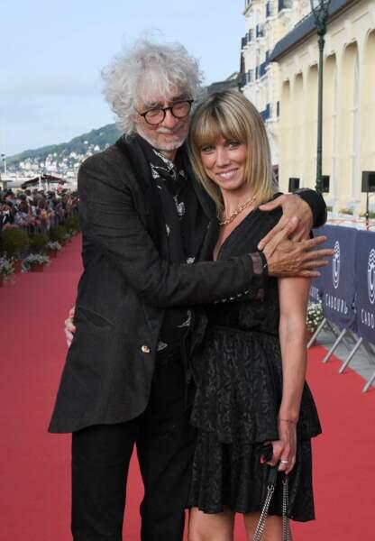 Louis Bertignac et sa compagne Laetitia Brichet enlacés sur le tapis rouge à la 35ème festival du film de Cabourg.