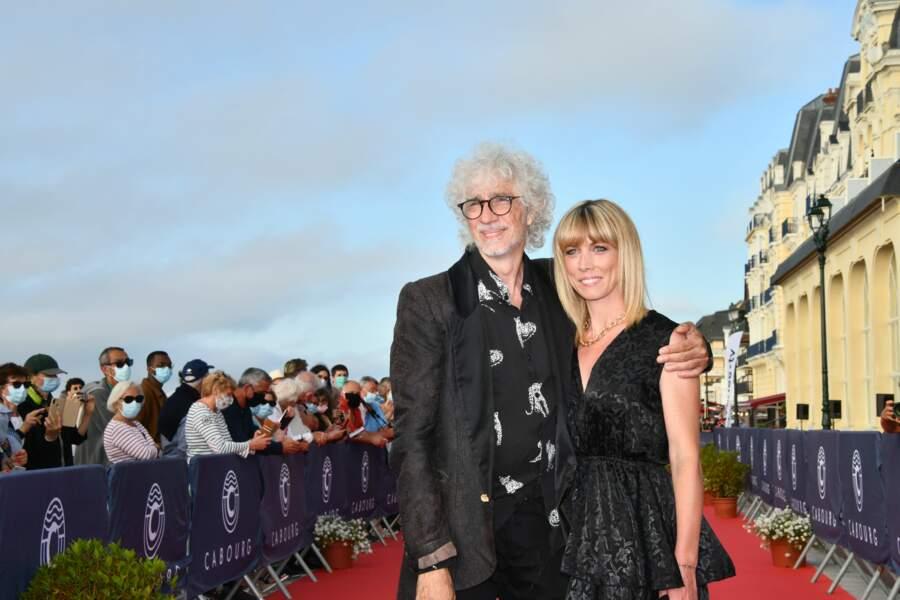 Louis Bertignac et Laetitia Brichet enlacés lors du photocall le 35e édition du Festival du film.