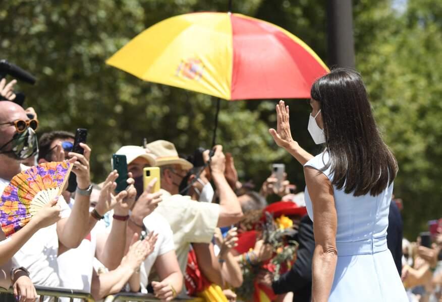 La reine Letizia prend le temps de saluer la foule devant le palais de San Telmo à Séville, Espagne, le 14 juin