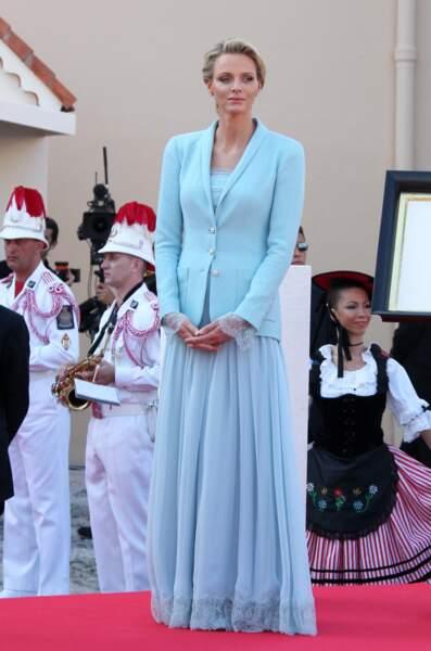 1er juillet 2011 : l'ensemble blazer et combi-pantalon bleu ciel de Charlene pour son mariage civil