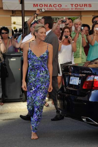 """21 JUILLET 2011 : Charlene en petite robe à imprimé floral visite l'exposition """"l'histoire du mariage princier"""" à Monaco"""