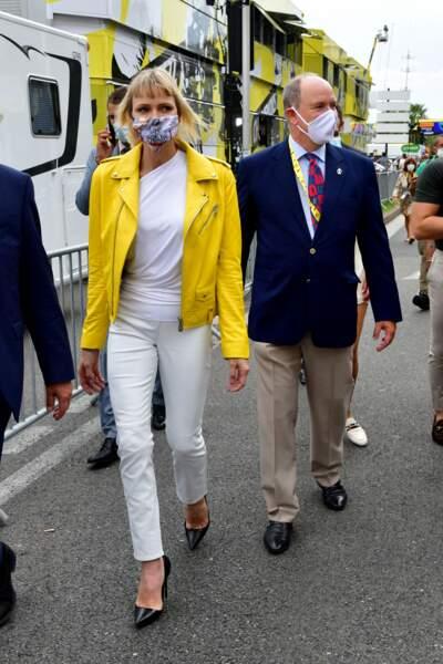 29 août 2020 : Charlene assiste au Tour de France et adopte un look pop haut en couleur