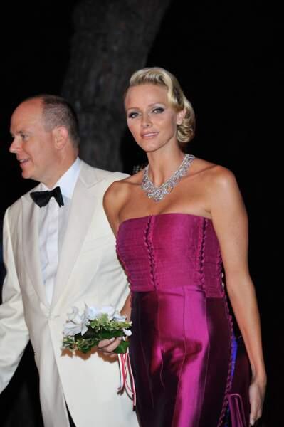5 août 2011 : Charlene en robe bustier en soie, l'atout glamour du bal de la Croix Rouge