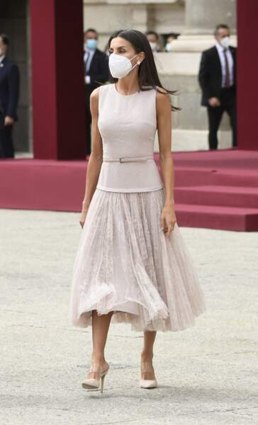 La reine Letizia d'Espagne dans une tenue totalement recyclée signée Felipe Varela et des mules à talons Steve Madden.