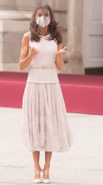 Letizia d'Espagne, les cheveux ébouriffés par le vent : un look inattendu, au Palais Royal de Madrid, le 15 juin 2021.