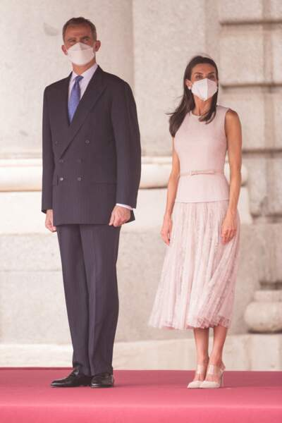 Pour l'occasion, la reine Letizia d'Espagne porte un total look rose pastel très élégant.