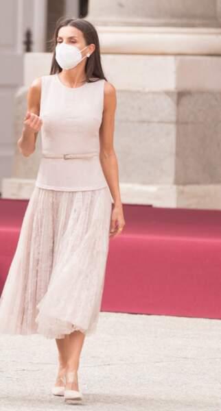 La reine Letizia d'Espagne dans une tenue totalement recyclée signée Felipe Varela dont cette belle jupe plissée et des mules à talons Steve Madden.