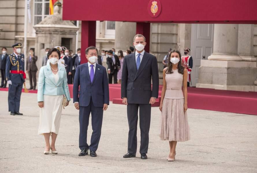 Felipe VI et la reine Letizia d'Espagne avec le président coréen Moon Jae-In et son épouse Kim Jung-Sook au Palais Royal de Madrid, le 15 juin 2021.