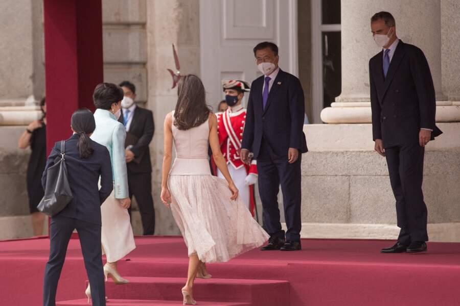 Letizia d'Espagne et sa jupe plissée parfaite pour rester fraiche et élégante en été.