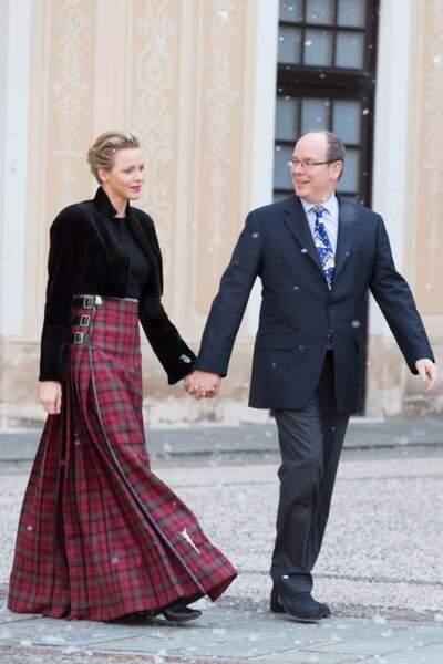 18 décembre 2013 : la maxi jupe kilt de Charlene de Monaco pour le Noël des enfants au palais princier
