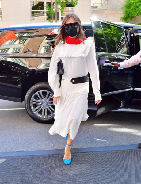 Victoria Beckham en robe blanche mais dotée d'un col rouge vif