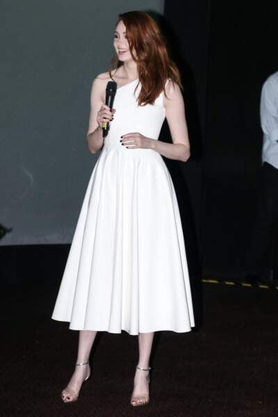 Karen Gillan en robe blanche asymétrique