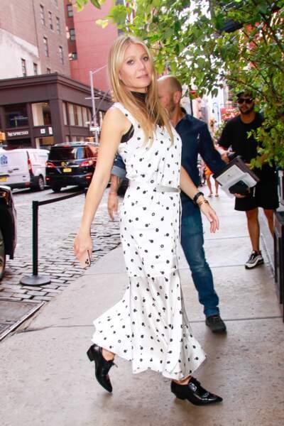 Gwyneth Paltrow en robe blanche à poids