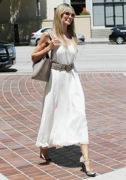 Heidi Klum en robe longue blanche qu'elle ceinture à la taille
