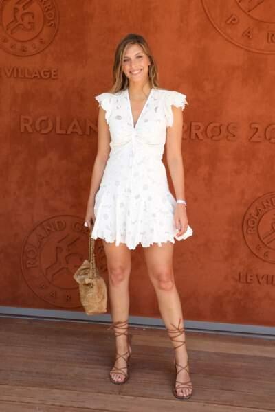 Camille Cerf en robe courte blanche et escarpins à lacets
