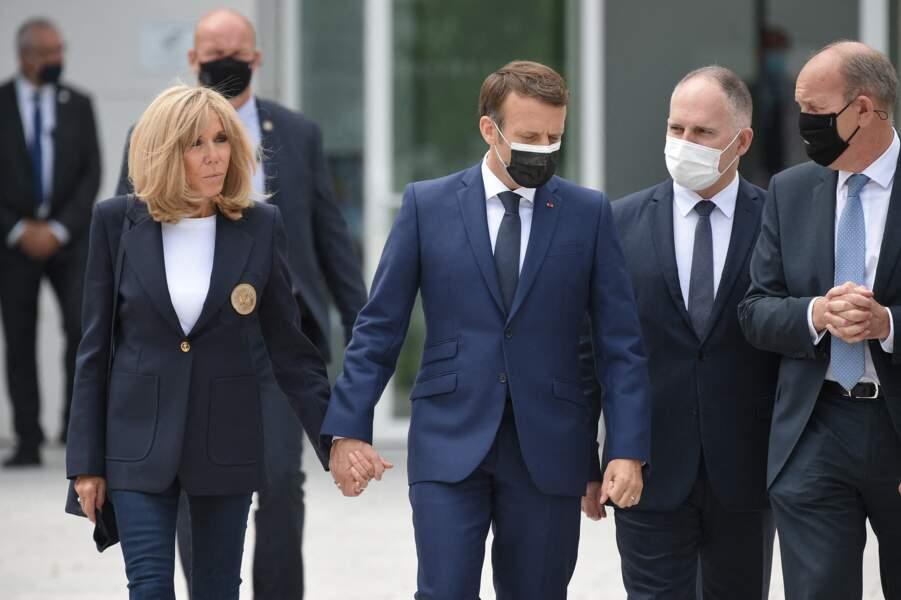 Brigitte et Emmanuel Macron main dans main pour aller voter aux élections régionales et départementales.